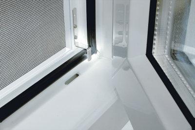 Super Kunststofffenster: Hohlräume im Rahmen gegen Insekten schützen LV02